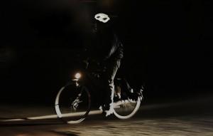 Safeways-fietser in donker